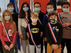 Les enfants fiers de leur écharpe tricolore et de leur valisette spéciale «Conseil Municipal des enfants»